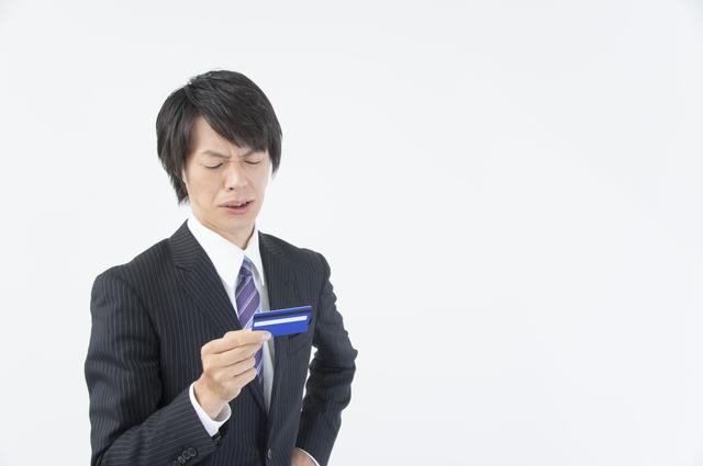 カードの返済に悩む男性