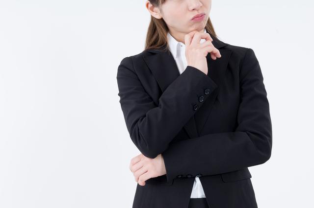 キャッシング審査に不安を抱える女性